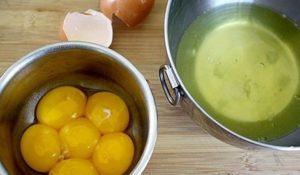 Отделяем куриные желтки от белков