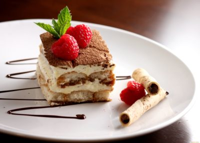 Изысканный итальянский десерт Тирамису с печеньем Савоярди