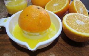 Выжимаем апельсиновый сок
