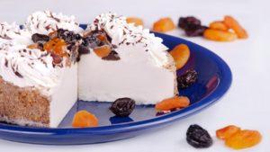 Творожно-сметанный торт без выпечки с сухофруктами