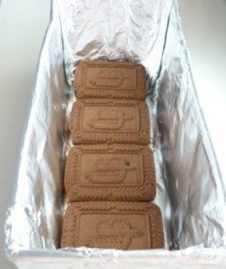 Дно формы с фольгой закладываем печеньем