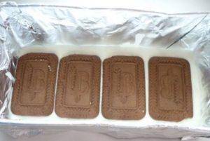 Второй слой печенья выкладывается на творожный состав