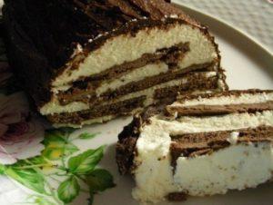 Готовый застывший творожный торт из печенья