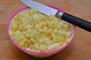Яблоки очищаются и нарезаются кубиками